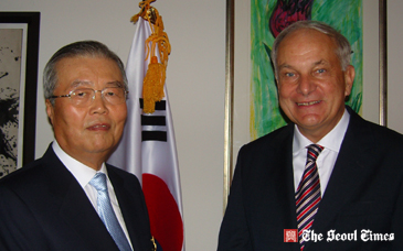 "South Korean economist Dr. Kim Chong-In awarded the ""Officer's Cross of the Order of Merit of the Federal Republic of Germany"""