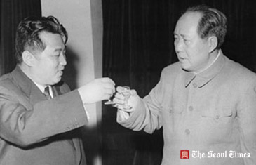 Kim il Sung toasts Chairman Mao, his favorite political philosopher